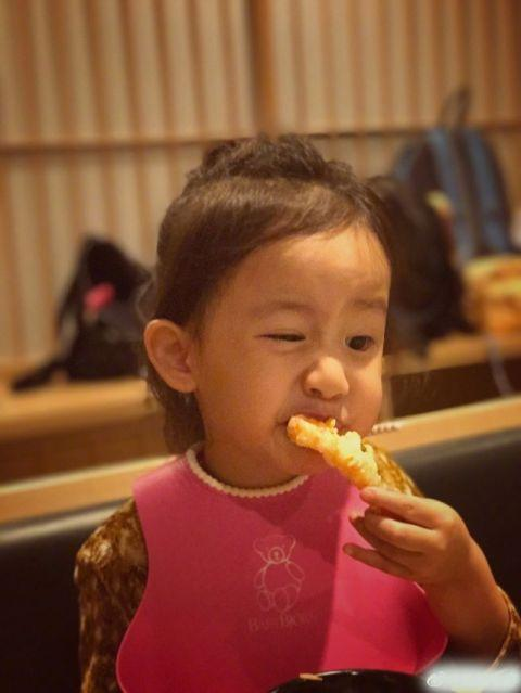黄磊晒小女儿萌照:我必须得吃点儿虾啦
