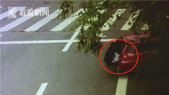 2岁女童独坐轿车后座 结果危险发生了