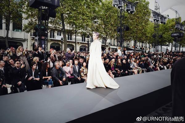 李宇春巴黎霸气走秀 绝对是女王的步伐!