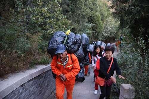 长城一天10吨垃圾 清洁工用肩膀背到山脚下