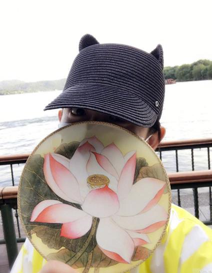 谢娜全副武装游西湖 不仅带着口罩和帽子甚至还拿扇子挡住了脸