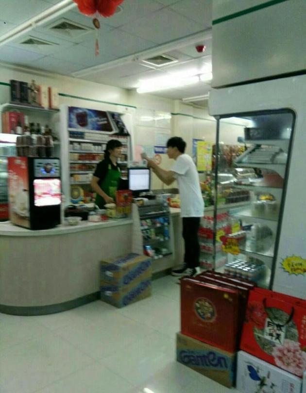 网友超市偶遇薛之谦 本人看上去十分瘦削