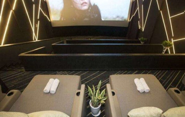 杭州电影院推床厅 躺着看电影!