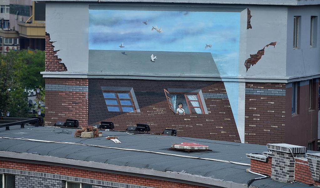 沈阳惊现3D民国画墙引围观。
