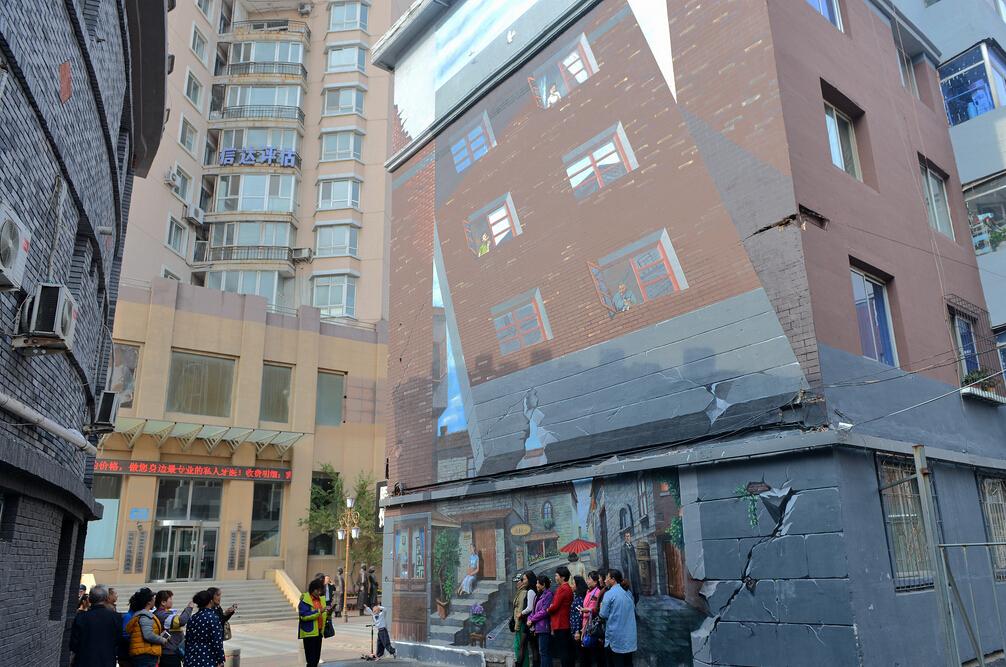 墙画惟妙惟肖,引来众多游客拍照合影。