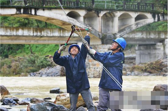 湖北恩施电力设备遭暴雨持续侵袭 供电部门冒雨实施抢险施工