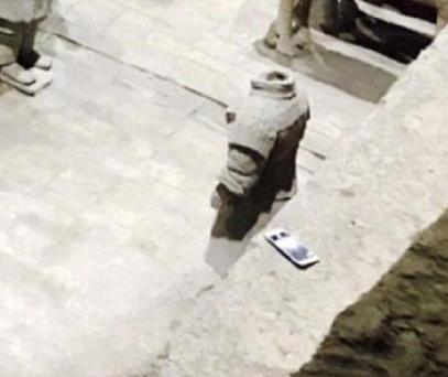 游客手机掉进兵马俑土坑 导游:掉下去就是文物