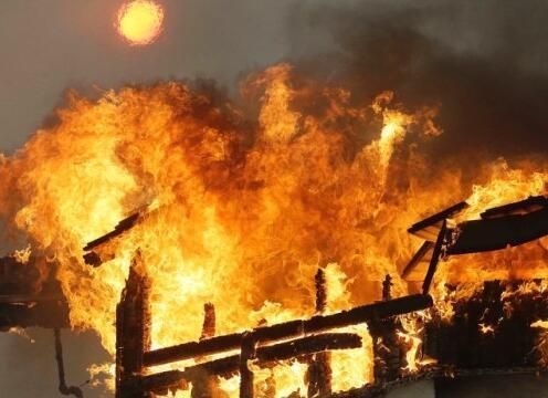 美加州山火肆虐如炼狱 导致至少10人死亡超过2万人被紧急疏散