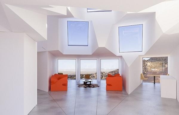 """据悉,这座建筑名为""""约书亚树宅院(Joshua Tree Residence)"""",面积达2150平方英尺(约200平方米),共有3套卧室、1间厨房和1间客厅。其外部结构的建筑材料是集装箱,室内由车库上方的太阳能板发电。"""