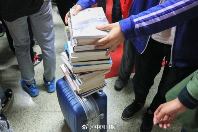学霸拖行李箱借书 借阅额度为每人80册