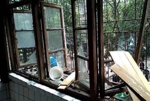 长港路一住户因液化气罐泄漏发生爆炸 一名老人受伤