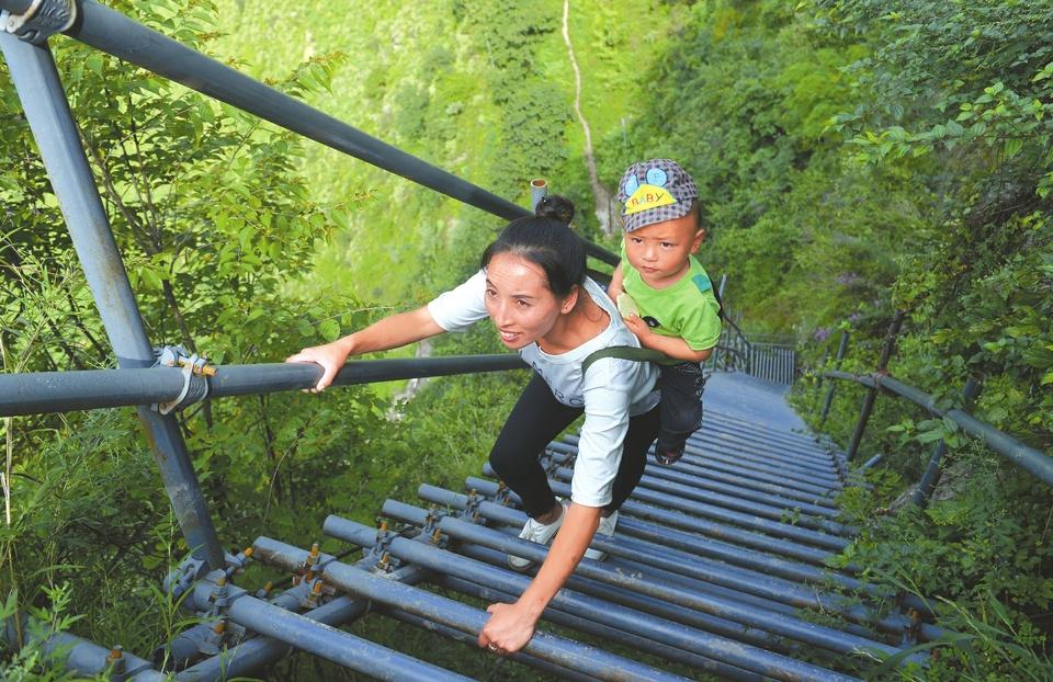 大学生悬崖村任教 每天需爬钢梯2个小时左右