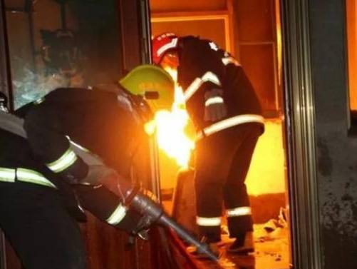 磐石市一居民因煤气瓶操作不当致火灾 消防员冒险抢救