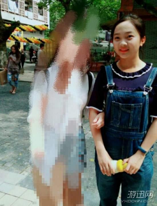 校友晒林妙可合影:蓝色花边领T恤 总是笑嘻嘻