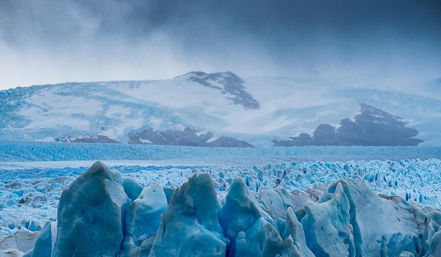 """阿根廷冰川国家公园(Los Glacier National Park):阿根廷冰川国家公园坐落于阿根廷南部,公园内共有47条发源于巴塔哥尼亚冰原的冰川。它的著名在于它是世界上少有的现在仍然""""活着""""的冰川,在这里每天都可以看到冰崩的奇观。1945年,阿根廷将此地列为国家公园加以保护,1981年被列入联合国世界自然遗产。"""