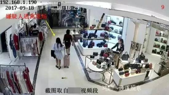 得手后,女子迅速逃离现场。