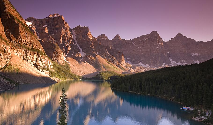 加拿大班夫国家公园(Banff National Park):班夫国家公园建于位于加拿大阿尔伯塔省落基山脉北段,是加拿大第一个国家公园,如今已被列入联合国世界自然遗产。公园内有一系列冰峰、冰河、冰原、冰川湖和高山草原、温泉等景观,主要景点有露易斯湖、梦莲湖。
