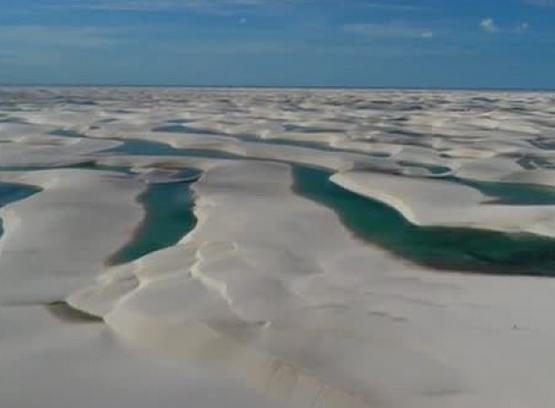 沙漠中出现成千上万湖泊 水温22摄氏度