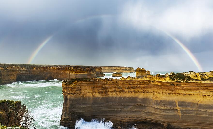 """澳大利亚坎贝尔港国家公园:最著名的景点是十二门徒石柱,因其最早发现时,13根巨大石柱容易让人联想到追随耶稣的十二门徒,因而得名。在十二使徒岩以西,是洛克阿德峡谷,也就是俗称的""""沉船湾""""。"""