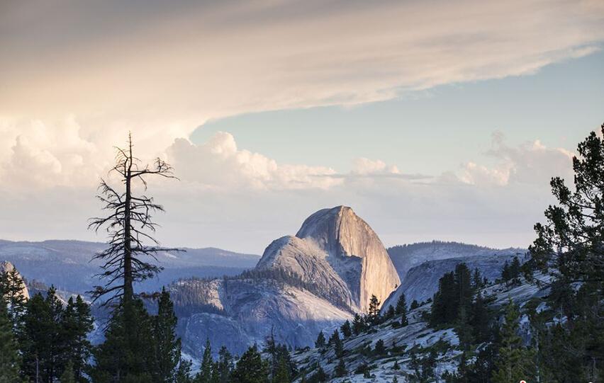 美国约塞米蒂国家公园:约塞米蒂国家公园位于美国加利福尼亚州,是最早被美国国家公园管理局批准为国家公园的公园之一,同时也被评为世界文化遗产。其最著名的景色包括:半穹顶(Half Dome)和埃尔卡皮坦(El Capitan)等山峰、约塞米蒂瀑布、巨杉、亚高山湖等。