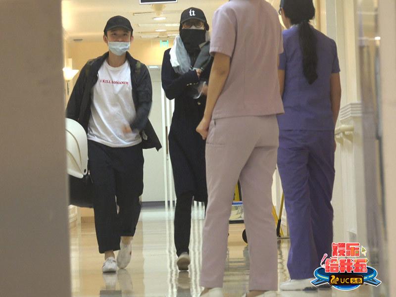 孙怡产后出院 董子健提着婴儿篮和孙怡一起离开医院