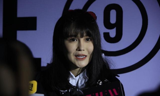 赵本山女儿亮相时装周 大家觉得她的脸白吗?