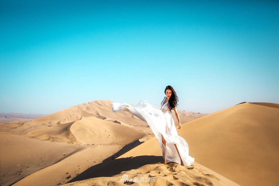 母其弥雅沙漠写真曝光 长裙遮挡不住的美腿十分吸睛