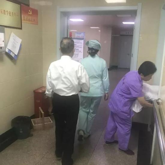 健忘老翁医院寻亡妻 医护人员天天配合老人上演着寻妻记