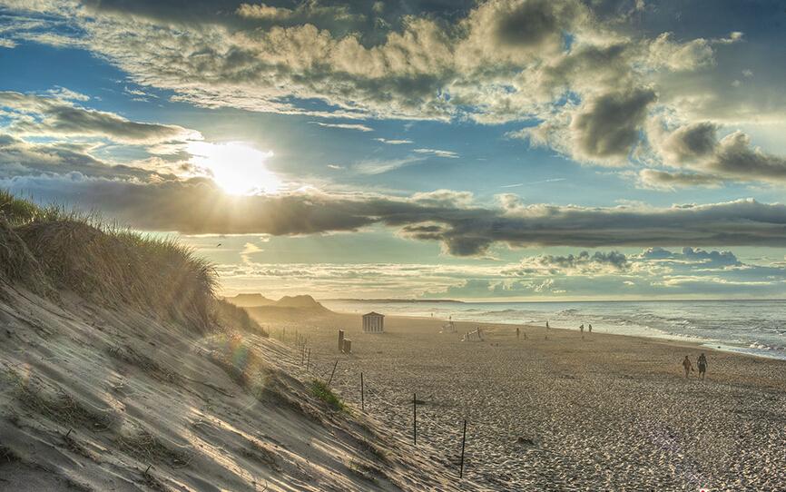 加拿大爱德华王子岛国家公园:爱德华王子岛国家公园位于王子岛东海岸,这里海岸线全部由独特的红色砂岩组成,经过海浪的日夜冲刷和风力的作用下,形成了连绵不断的沙滩和悬崖。在这样安静的环境对面,则是著名的布莱克力沙滩(Brackley Beach)。