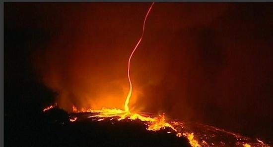火灾现场惊现火魔 看似火焰龙卷风