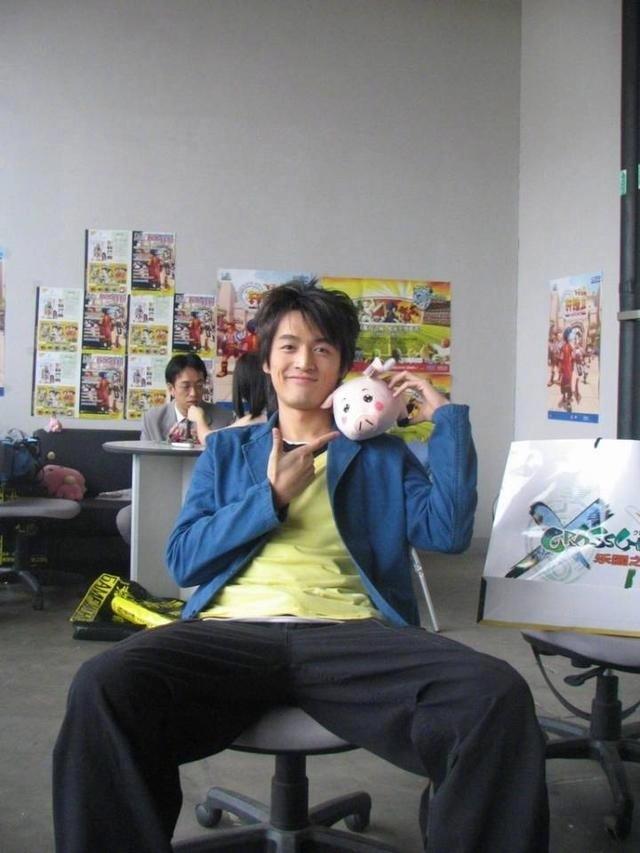 据悉,这组照片拍摄于2004年的ChinaJoy,当时胡歌正在拍摄《仙剑奇侠传》,受邀为同名游戏站台,怪不得第一眼看上去就有种李逍遥的既视感。由于当年的胡歌太青春,不少网友看到这组照片后都把他认成了林更新。