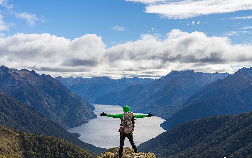 新西兰峡湾国家公园(Fiordland National Park):<br /> 峡湾国家公园位于新西兰南岛西南端,濒临塔斯曼海。这里占地面积125万公顷,是新西兰最大的公园,也是世界上最大的国家公园之一。公园内呈现出一派被多次冰川作用雕磨而成的景观,包括峡湾、岩石海岸、悬崖峭壁、湖泊、瀑布等等。