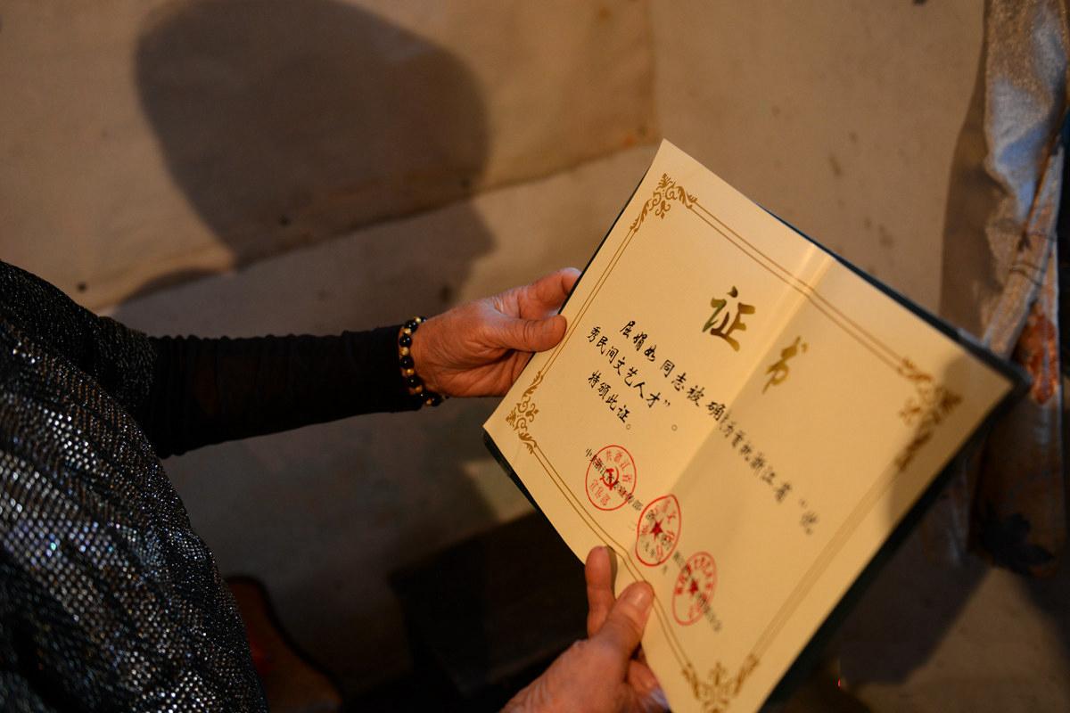 """如今的屈娟如是省级非物质文化遗产项目桐乡花鼓戏的传承人,被确定为首批浙江省""""优秀民间文艺人才""""。"""