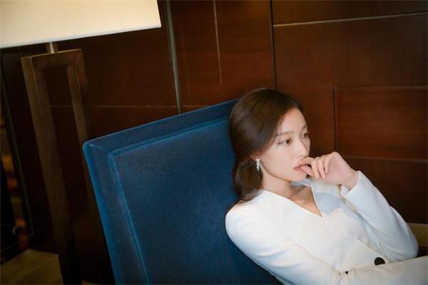 倪妮穿衣搭配造型示范 一袭白衣优雅迷人