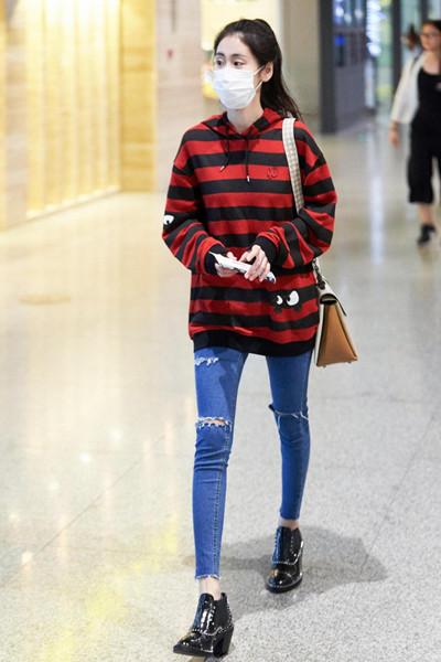 张碧晨街拍造型示范 红黑帽衫随性不失分寸