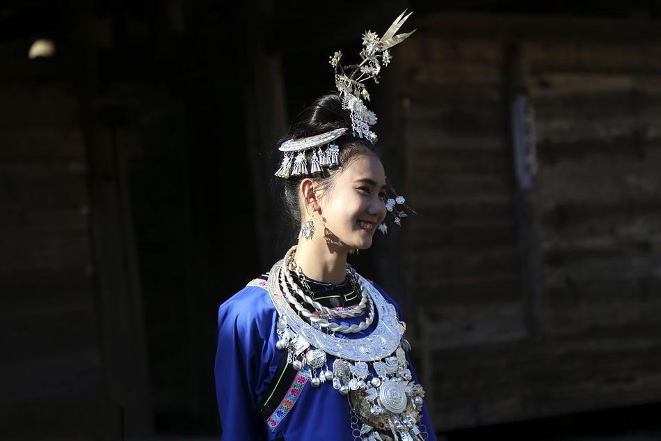 """2017年10月02日,十一期间,贵州省黔东南侗族乡村寨头村举办了""""烧鱼节""""。摆上""""长桌宴"""",欢迎四方来客,庆祝农作物秋收。图为美丽的侗族姑娘。"""