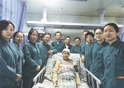 41岁产妇突发羊水栓塞 数十名医护人员接力救助