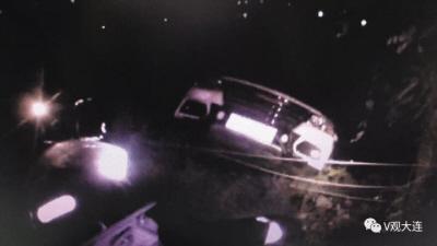 男子开车悬挂悬崖边 司机踩住刹车坚持近一小时被解救