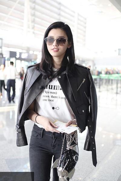 奚梦瑶机场街拍示范 一身黑色皮衣酷劲爆表