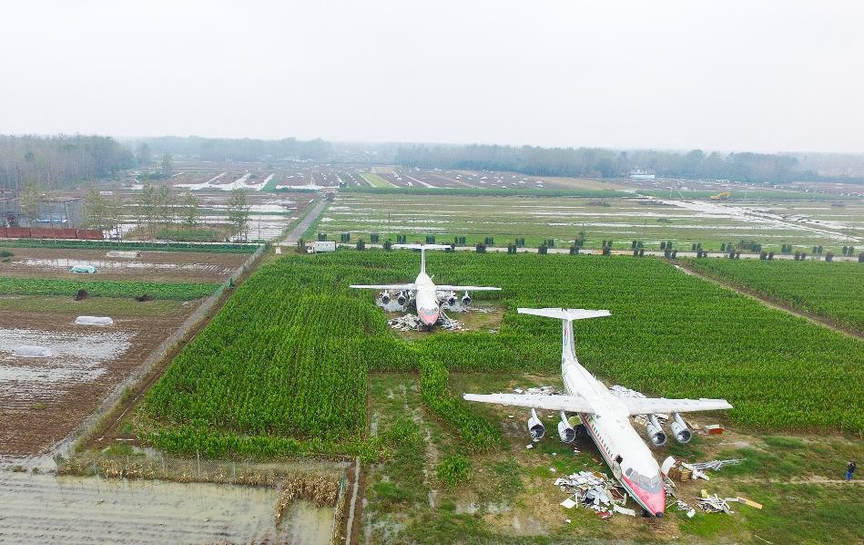 2017年10月12日,河南驻马店新蔡县谷庄村的一处田地里,放着两架大型飞机,格外引人瞩目。