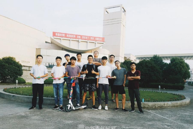 从该男生的社交软件可以看到,他脚踏滑板9月20日早上6点从浙江台州出发,一路向南,9月29日下午六点过到达目的地。图为出发时照片。
