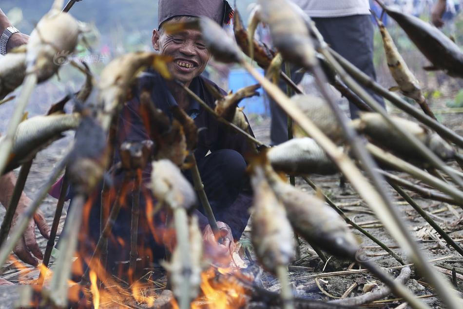 苗族千年丰收习俗烧鱼节 欢迎四方来客庆祝农作物秋收