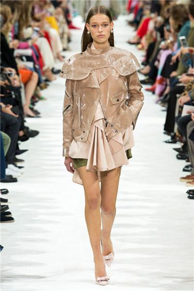 Valentino于巴黎时装周发布2018春夏系列时装秀