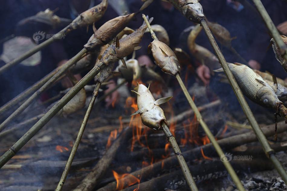 """2017年10月02日,十一期间,贵州省黔东南侗族乡村寨头村举办了""""烧鱼节""""。摆上""""长桌宴"""",欢迎四方来客,庆祝农作物秋收。图为,田地里烧鱼。"""