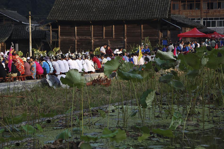 """2017年10月02日,十一期间,贵州省黔东南侗族乡村寨头村举办了""""烧鱼节""""。摆上""""长桌宴"""",欢迎四方来客,庆祝农作物秋收。图为长桌宴就摆在田间地头。"""