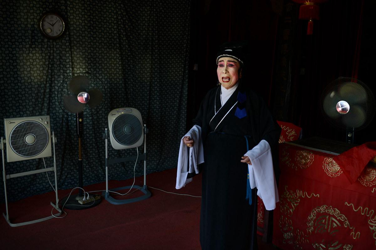 10月1日这一天,当地气温30℃,台上同时开了四台风扇为她祛热。