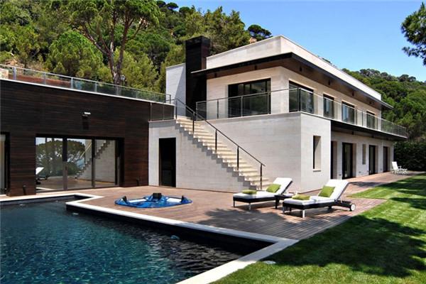 Santa Chritina豪宅:由露台和花园环绕的两层住宅