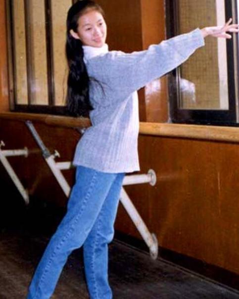 章子怡跳舞仪态超棒 笑容甜美好似少女
