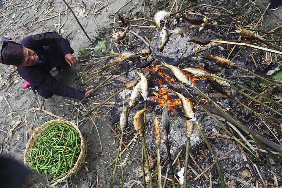 """2017年10月02日,十一期间,贵州省黔东南侗族乡村寨头村举办了""""烧鱼节""""。摆上""""长桌宴"""",欢迎四方来客,庆祝农作物秋收。图为田地里烧鱼。"""