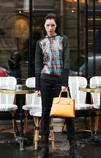 钟楚曦最新街拍示范 高挑身材展现不俗时尚魅力
